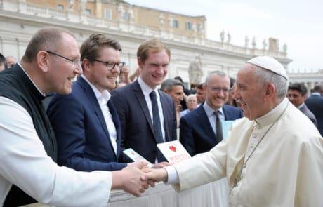 """Pater Karl Wallner, Martin Iten, Bernhard Meuser und Johannes Hartel präsentieren Papst Franziskus das """"Mission Manifest""""."""