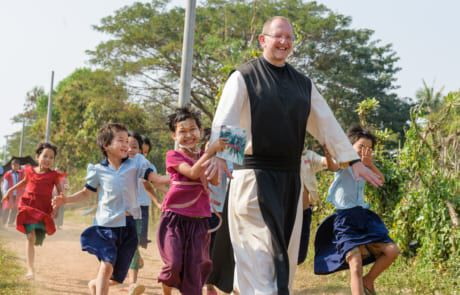 Pater Karl Wallner zu Besuch in Myanmar.