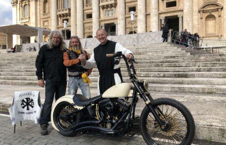 """Pater Karl Wallner und die """"Jesus-Biker"""" aus Würzburg mit der Papst-Harley-Davidson in Rom."""