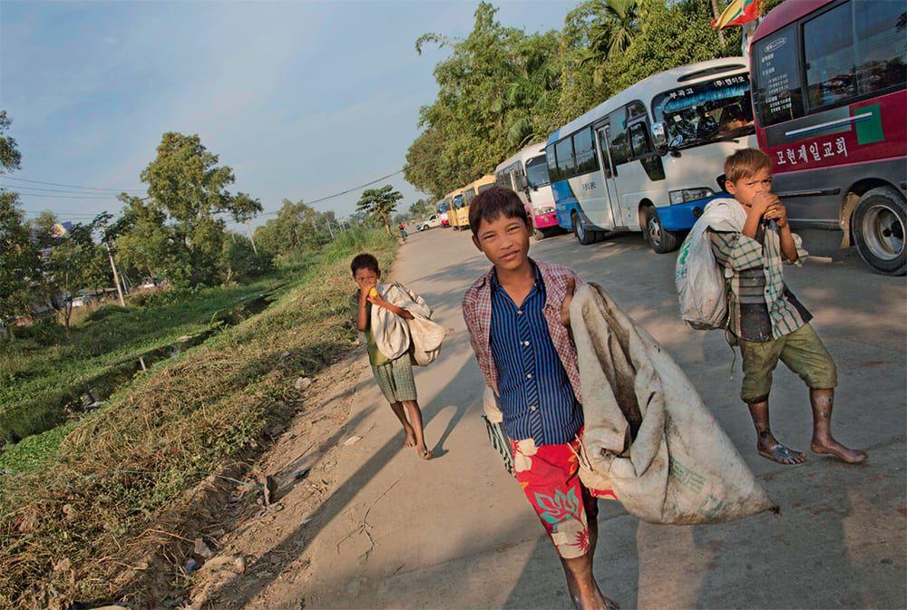Drei Kinder auf der Straße