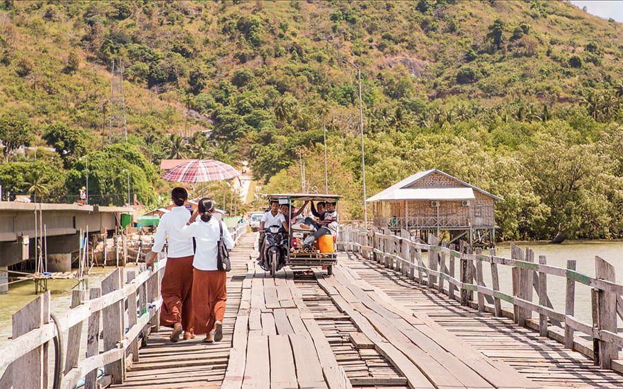 Zwei Ordenfrauen auf einer Brücke