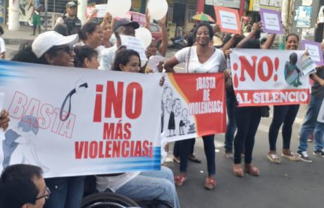 Frauen in Ecuador demonstrieren beim Día-internacional-contra-la-No-Violencia