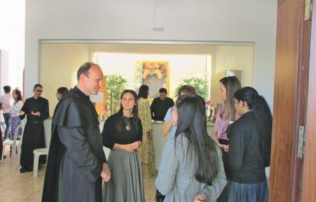 Pater Leopold spricht mit Jugendlichen, die im Exerzitienhaus zu Besuch sind.