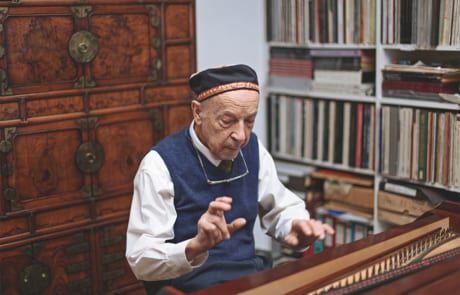 alter Mann beim Klavier