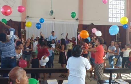 Frauen werfen Ballons Ecuador