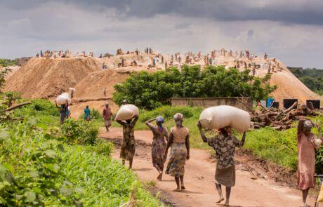 Frauen in Abakaliki schleppen schwere Reissäcke, damit sie ihre Familien versorgen können