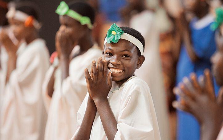 Festlich gekleidet begleiten die Mädchen den mehrstündigen Sonntagsgottesdienst.