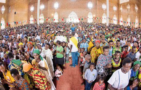 Bis auf den letzten Platz gefüllt - so sieht eine normale Sonntagsmesse in Busoro aus.