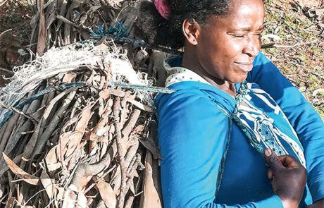 Diese Frau muss schwere Lasten schleppen, um ihre Familie zu ernähren