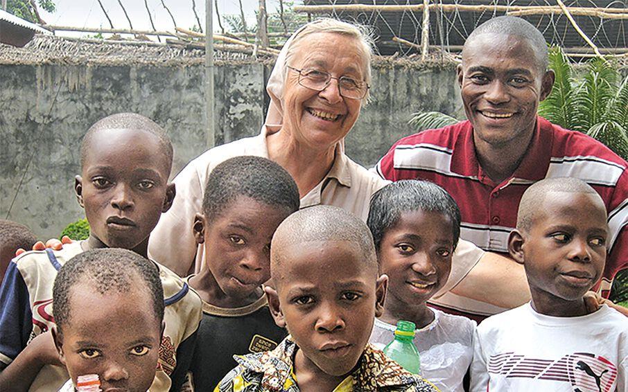 Schwester Friederika Kühnel hinter einer Gruppe von Kindern