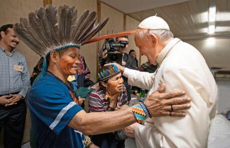 Papst Franziskus mit Vertreterinnen und Vertretern der indigenen Bevölkerung Amazoniens.