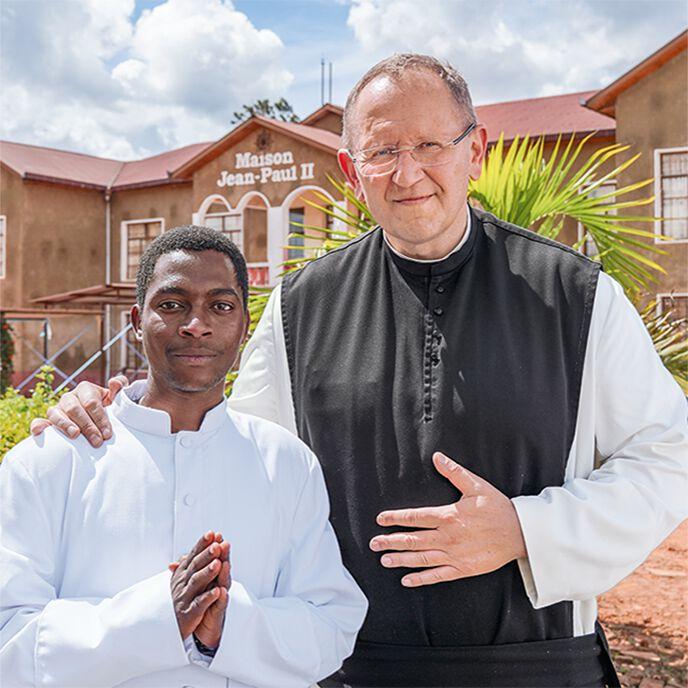Pater Karl Wallner und ein Priester