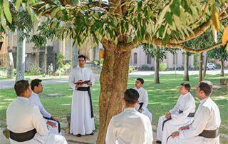 Priesterseminaristen in Sri Lanka tauschen sich aus.