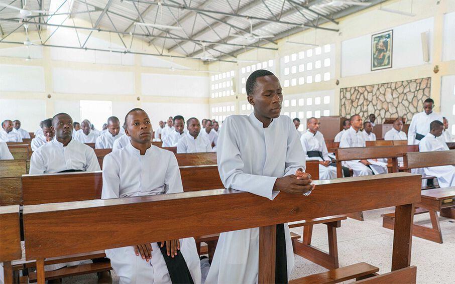 Priesterseminaristen in Tansania feiern gemeinsam die Heilige Messe.