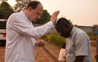 Pfarrer Johannes Laichner segnet einen Priesterkollegen in Kamerun