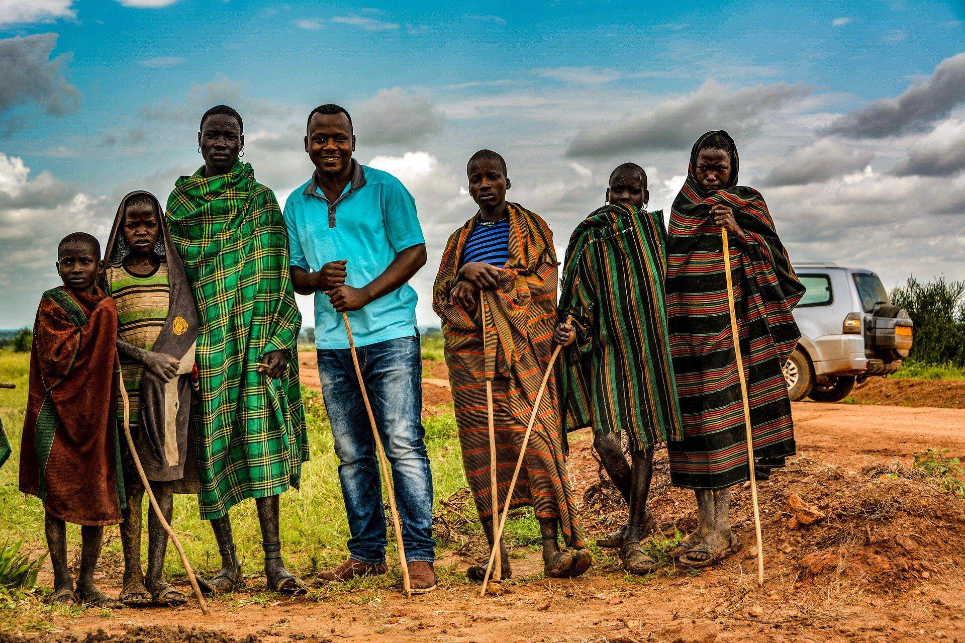 Menschen in traditioneller Kleidung und Jeans