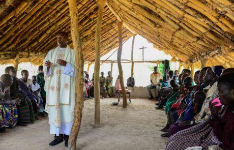 Ein Priester feiert die Messe