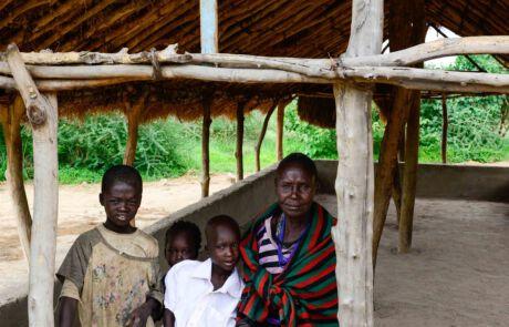 Eine ugandische Familie vor der Kirche.