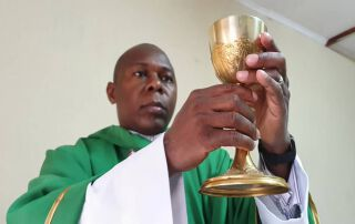 Father Vincent feiert in Malawi die Heilige Messe