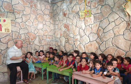 Kinder in einem Klassenraum