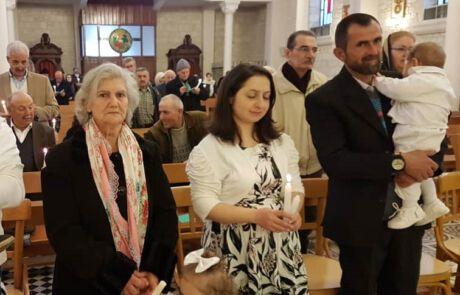 Familie in einer Kirche