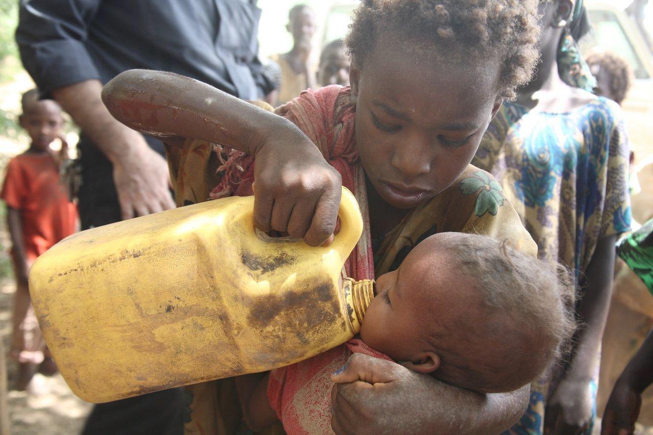 Zwei Kinder mit Wasserkanister