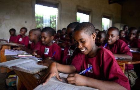 Schülerinnen sitzen in einer Klasse