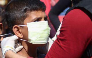 Bub mit Atmenschutzmaske