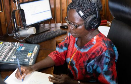 Frau in Radiostudio