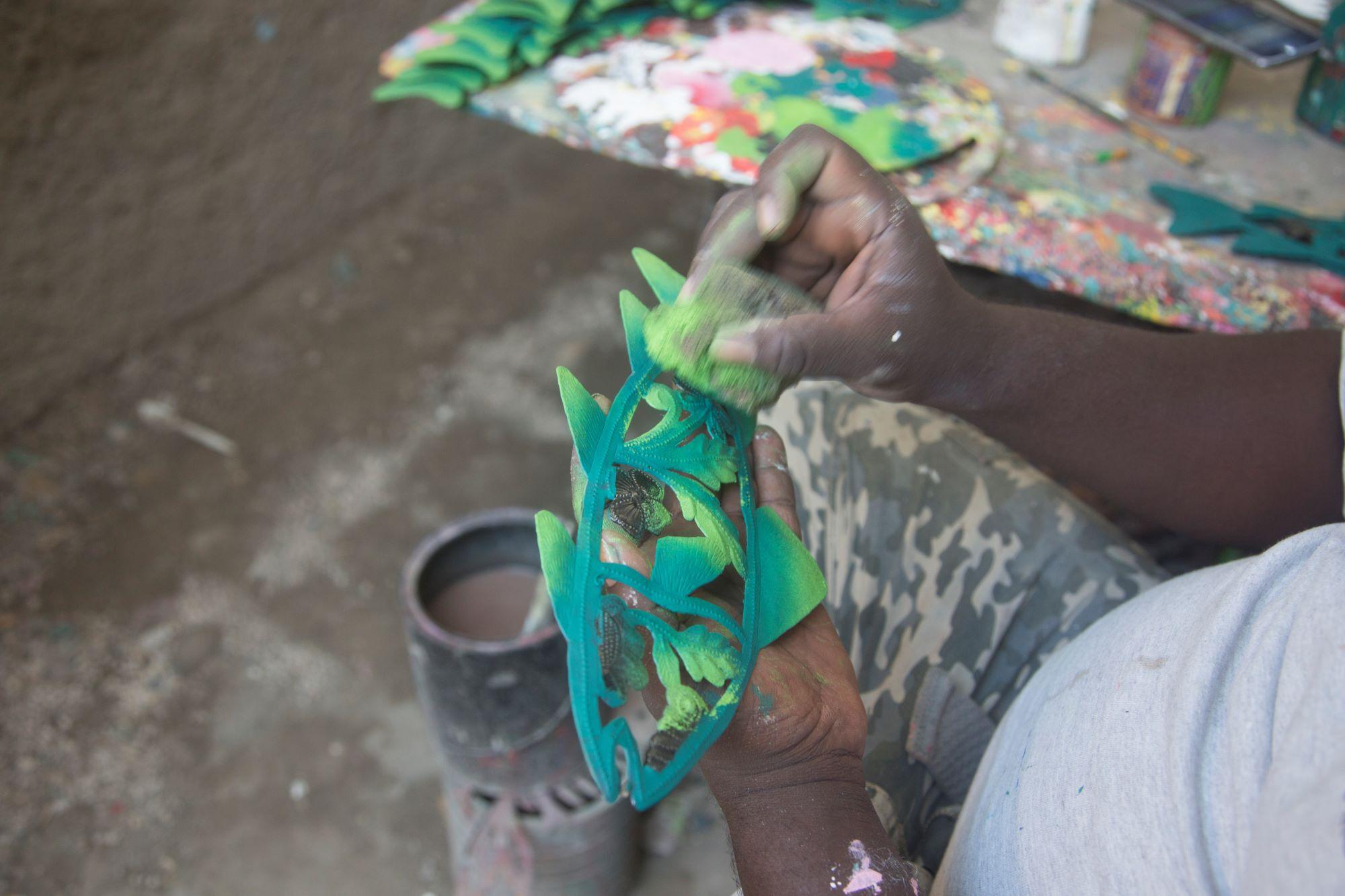 Farbenfrohe haitianische Metallarbeiten