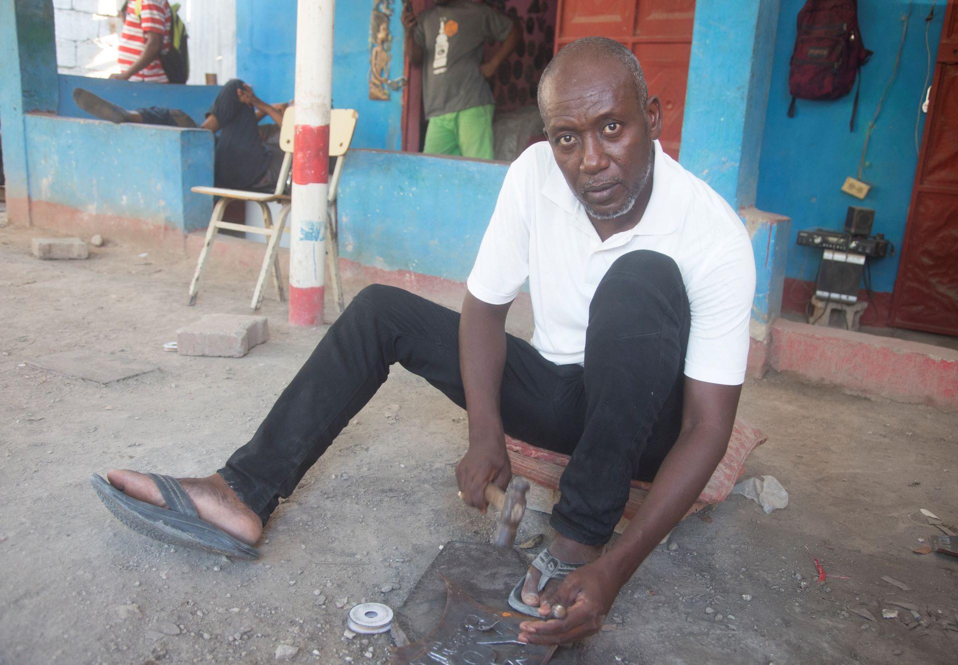 Metallkünstler Jhonson Augustin in seinem Atelier