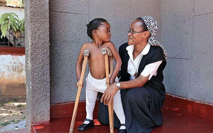 Frau und ein Kind mit Krücken