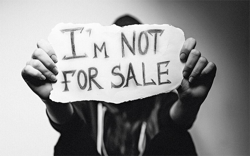 Frau mit Schild gegen Prostitution