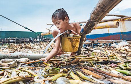 Ein paar Pesos – dafür ist Charles den ganzen Tag im verdreckten Hafen von Manila geschwommen