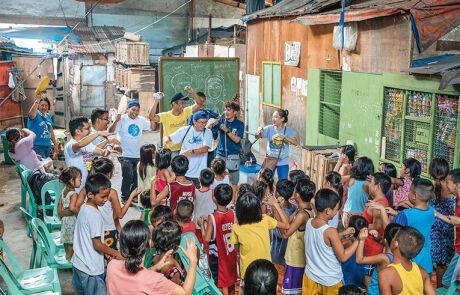 Schwester Mary John, Pfarrer Reynaldo und ihre Helferinnen und Helfer geben alles für Mädchen und Buben von Tondo