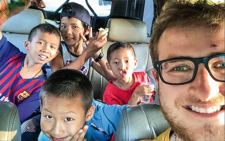 Markus Reiter mit Kindern
