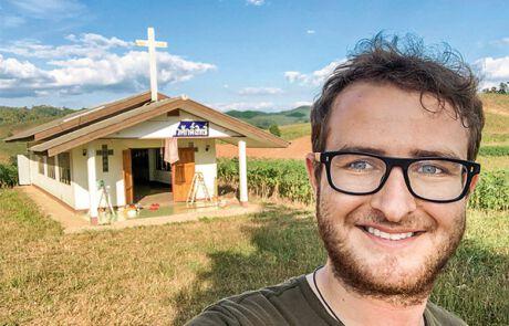 Markus Reiter vor einer Kirche