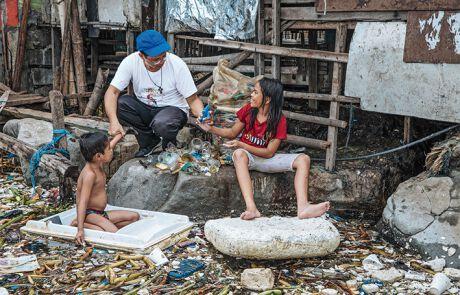 Priester Reynaldo Daguitera will den Kindern eine Alternative zum Müll-Sammeln bieten