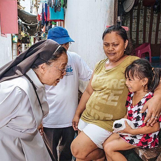 Ordensschwester und Mädchen