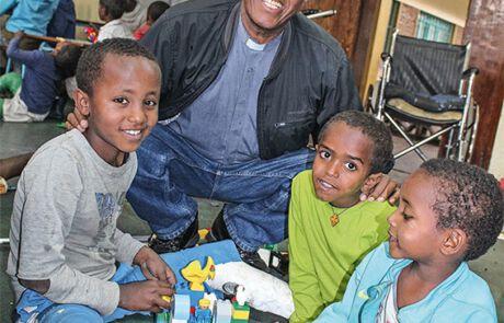 Pater Girmay Tesfay mit Kindern