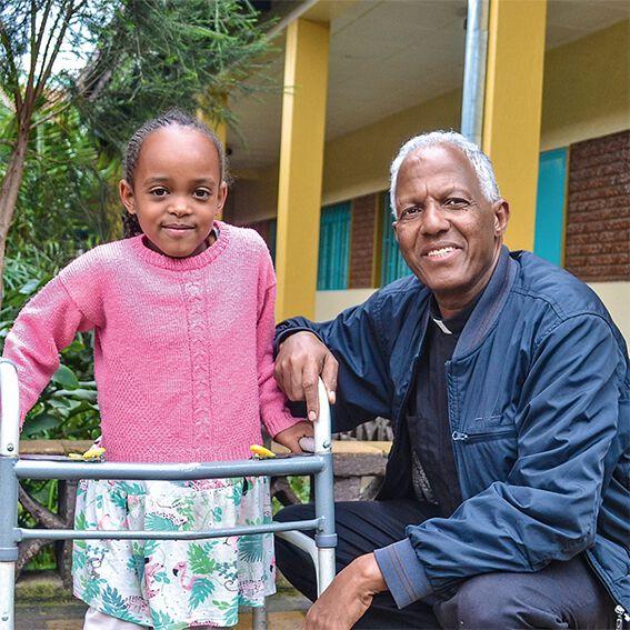Pater Girmay Tesfay und ein Mädchen