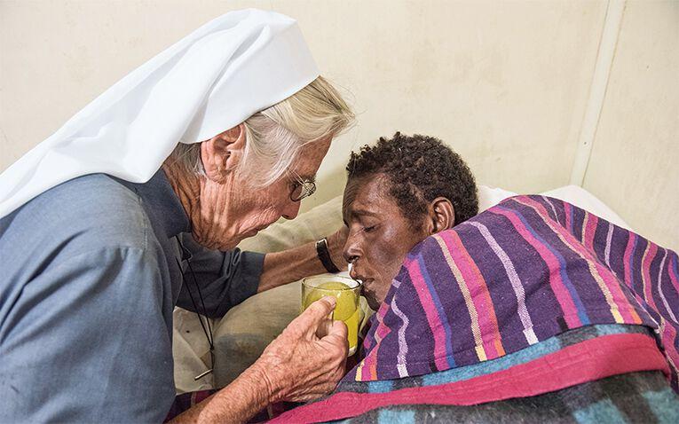 Schwester Gaudencia und eine kranke Frau
