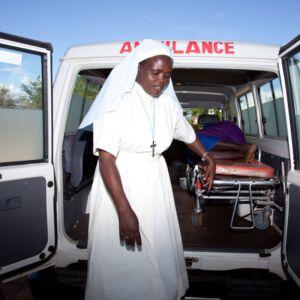 Ordensfrau vor Ambulanz
