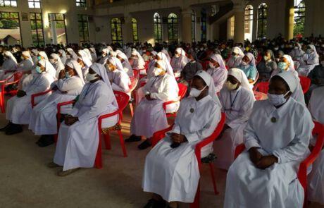 34 Priester feierten unter Schutzmaßnahmen gemeinsam 1000 Menschen das Requiem für Schwester Urbani Lyimo