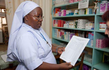 Schwester Urbani Lyimo bei der Arbeit im Krankenhaus