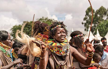 Frauen tanzen in traditionellen Kleidern