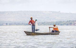 zwei Männer beim Fischen