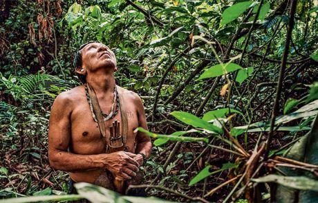Indigener Mann in Amazonien