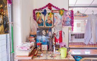 Liebevoll dekorieren die Bewohnerinnen und Bewohner die Schränke, in denen sie ihre Habseligkeiten verstauen