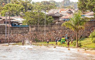 Auch Familien nützen den See, um am Ufer zu entspannen und darin zu baden.